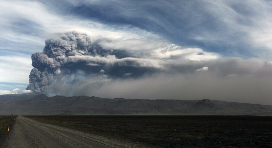 Vulkanen under Eyjafjallajökull spyer aske ud.