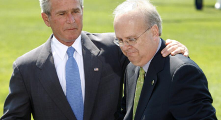 Midt i den værste krise i mands minde for de amerikanske republikanere træder deres politiske superstrateg, Karl Rove, tilbage og forlader præsident Bush. Det sker fra udgangen af denne måned. Angiveligt ud fra et ønske om at bruge mere tid sammen med familien i Texas. Efter to valgsejre med Bush blev Karl Rove kaldt »Arkitekten«, men hans stjerne er falmet på det seneste. Især efter Republikanernes valgnederlag i 2006. I går afholdt Bush en pressekonference sammen med Rove ved Det Hvide Hus.<br>Foto: Shawn Thew/EPA