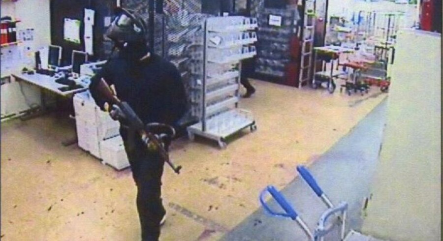 Et billede fra et overvågningskamera viser en af de adskillige røvere i G4Ss pengedepot i Stockholm, Sverige.