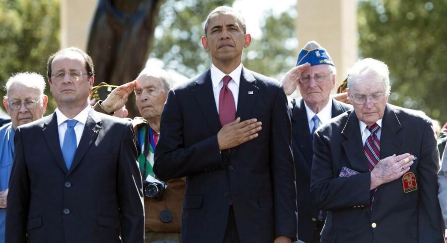 Frankrigs præsident Francois Holland og USAs præsident Barack Obama står sammen med en D-dag-veteran under markeringen af 70 året for D-dag.
