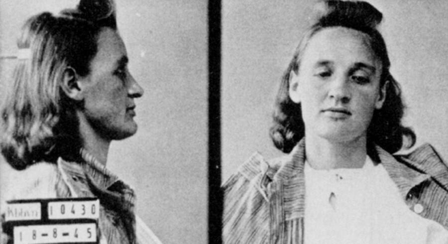 Anna Lorenzen efter anholdelsen i 1945. Hun blev dødsdømt – men senere i stedet udvist – fordi hun sammen med sin mand havde mishandlet danske modstandsfolk. En ny bog forsøger at rehabilitere hende, men slipper dårligt fra det. Foto fra bogen »Anna«.