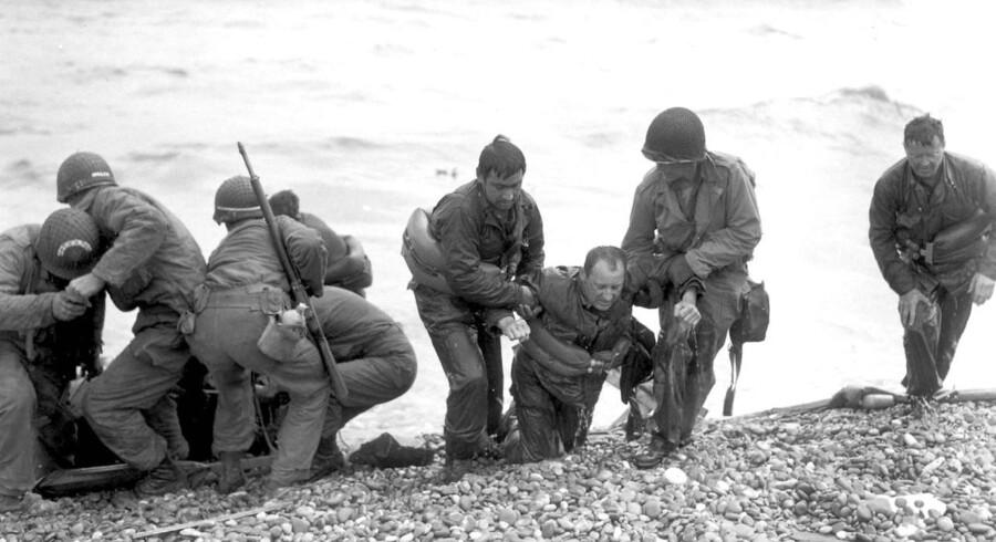 Amerikanske soldater tager sig af sårede ved landgangen på Omaha Beach nær ved byen Collleville sur Mer.