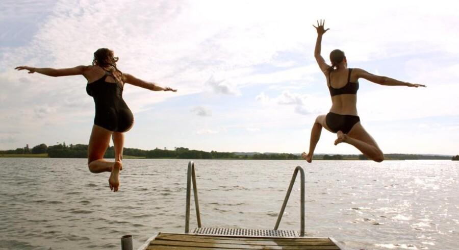 Min søster og jeg på vej i søen.