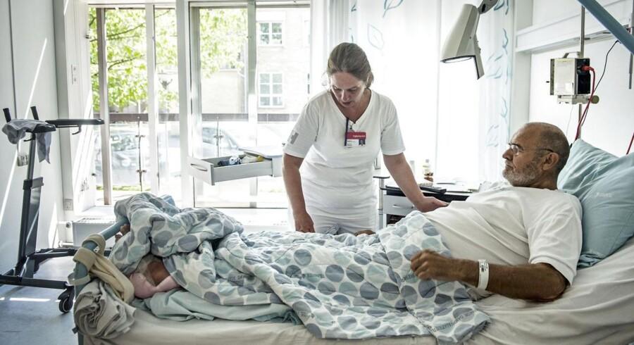 På Ortopædkirurgisk Afdeling på Gentofte Hospital, hvor sygeplejerske Maj-Britt Haugsted i går tilså patienten Sven Erik Nyman, inviteres alle patienter samt deres pårørende forud for indlæggelsen til at deltage i en slags patient-skole, hvor de orienteres om, hvad der skal foregå. 98 procent af patienterne er enten tilfredse eller meget tilfredse med afdelingen. Foto: Christian Liliendahl
