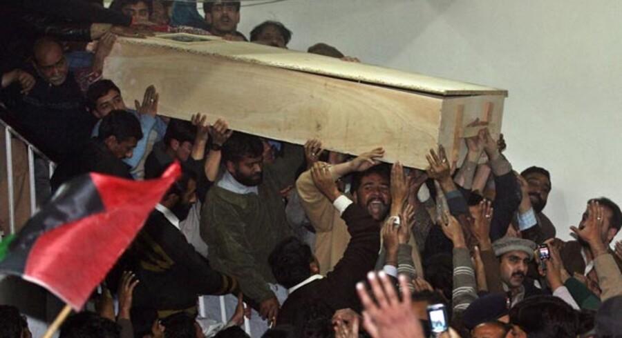 Pakistan begar hjalp om bhuttomordet