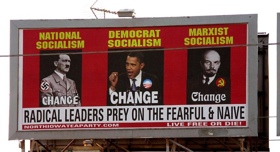 Der går en lige linje fra Vladimir Lenins marxistiske socialisme over Adolf Hitlers nationalsocialisme til den nuværende amerikanske præsident, Barack Obamas, udgave af demokratisk socialisme, mener plakaten ved South Federal Avenue i Mason City i Iowa, der er sat op af den lokale afdeling af Te-bevægelsen.