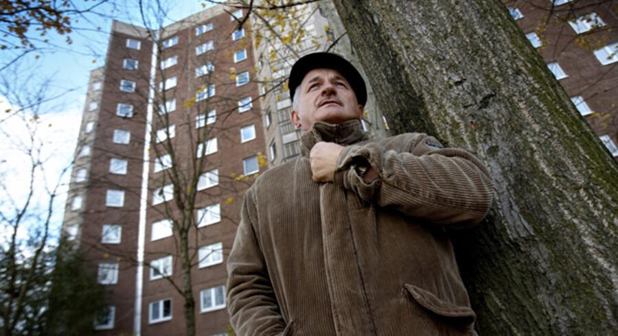 Wolfgang Mayer, der blev et af ofrene for DDRs hemmelige politi Stasi, er her fotograferet foran nogle af de lejligheder i Erfurt, hvor Stasi havde såkaldt konspiratoriske adresser. Lejlighederne blev typisk brugt til møder med stikkere.