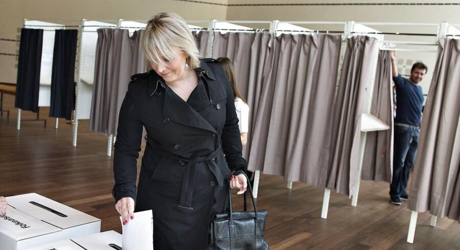 Christina Egelund, spidskandidat for Liberal Alliance, stemmer ved valget til Europaparlamentet og Folkeafstemningen om patentdomstolen.
