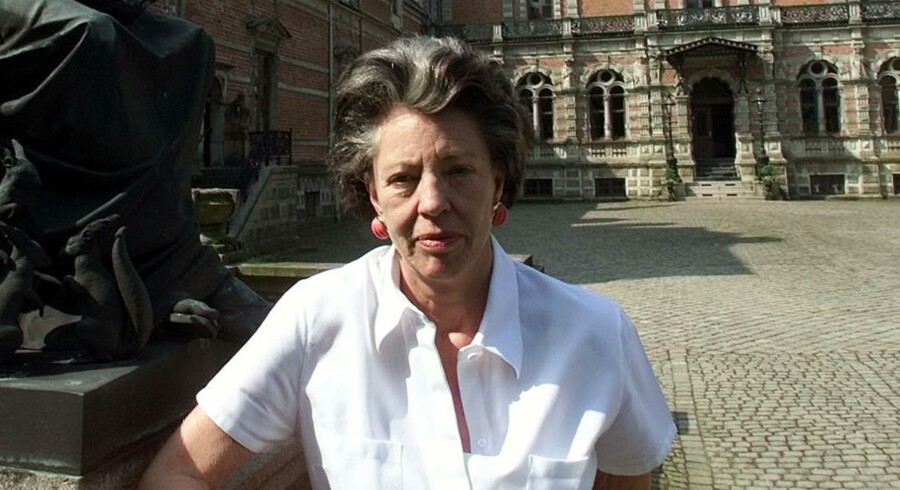 Irene Suzanne Wedell foran Frijsenborg Slot ved Århus