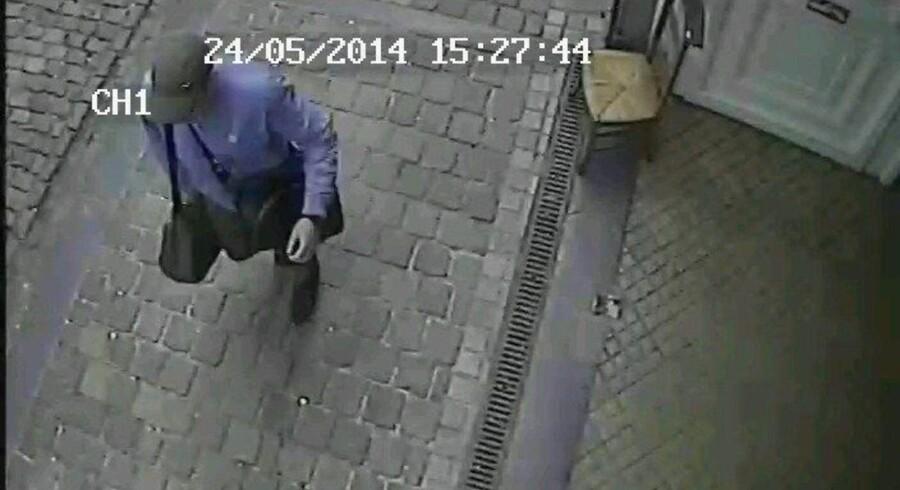 Belgisk politi har søndag offentligjort dette billede, som viser manden, der er mistænkt for attentatet foran Det Jødiske Museum i Bruxelles lørdag.