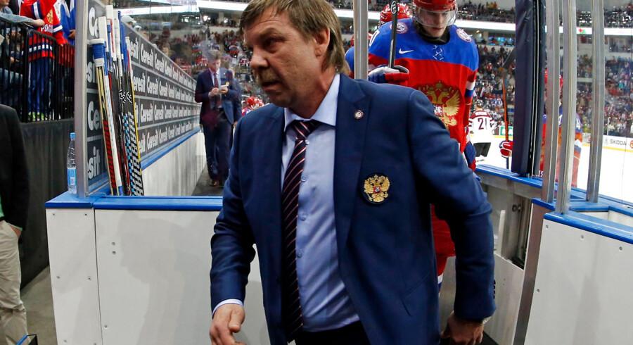 Et uskønt sceneri i trænerboksene kastede en grim skygge over VM-dramaet mellem Rusland og Sverige i en totalt udsolgt Minsk Arena med 15.000 tilskuere.