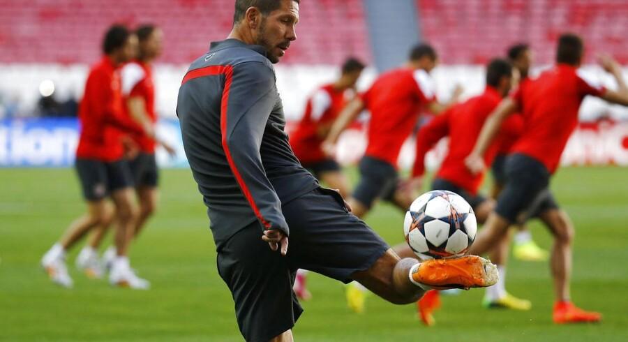 Atletico Madrids træner Diego Simeone er selv ret ferm med en bold. Det beviste han ved den sidste træning forud for Champions League-finalen.