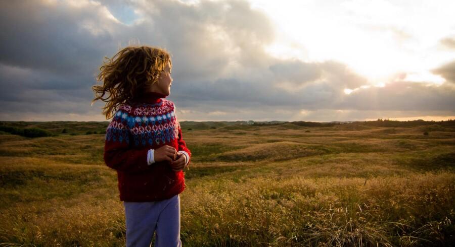 Læserfoto: Herlige sommeraftener ved vesterhavet. Mit datter Jules slikker den sidste aftensol med det fredede klitlandskab i baggrunden. Den sidste klit før stranden skimtes i baggrunden