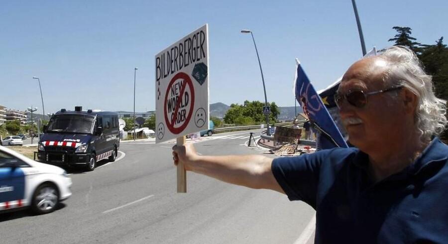 ARKIVFOTO. Politiet forventer, at der dukker 3.000 demonstranter op ifm. et Bilderberg-møde på Hotel Mariott i København torsdag aften. Her demonstrerer en mand mod Bilderberg-gruppen, da den holdt møde i Sitges i nærheden af Barcelona i 2010.