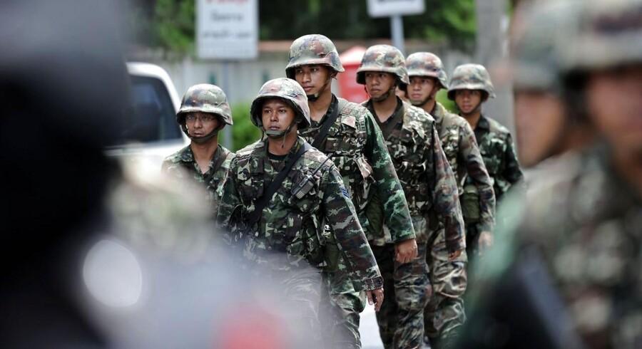 Det thailandske militærstyre forbyder nu flere politikere og aktivister at forlade landet.