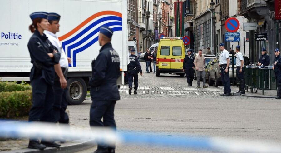 Belgisk politi har afspærret området omkring Det Jødiske Museum i Bruxelles, hvor en mand lørdag skød fire personer.