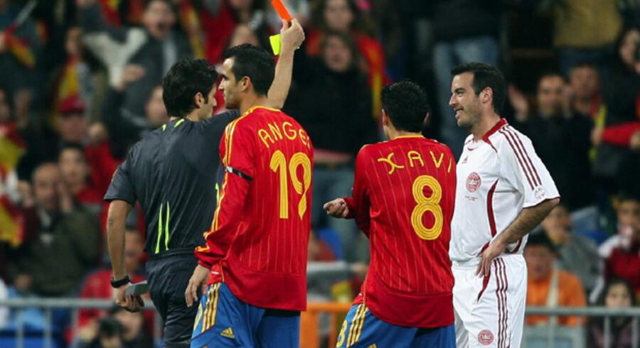 Rødt kort og farvel til Niclas Jensen (th.) efter bare 20 minutters spil, da Danmark mødte Spanien i Madrid i marts i år og tabte 2-1. Danskeren har dog tænkt sig at gå lige så hårdt ind i tacklingerne mod spanierne i aften i Århus. Foto: Lars Møller