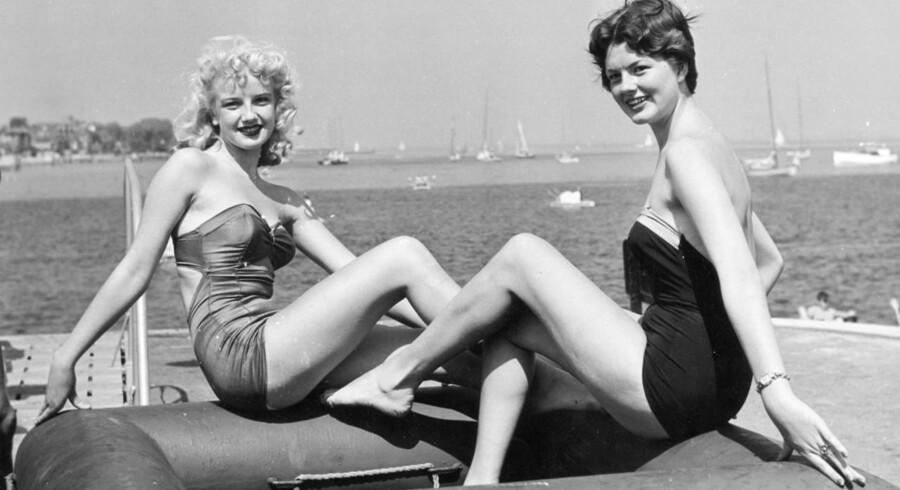 Det er sommersøndag på Bellevue strand nord for København. Kvinder i badedragt vises frem.