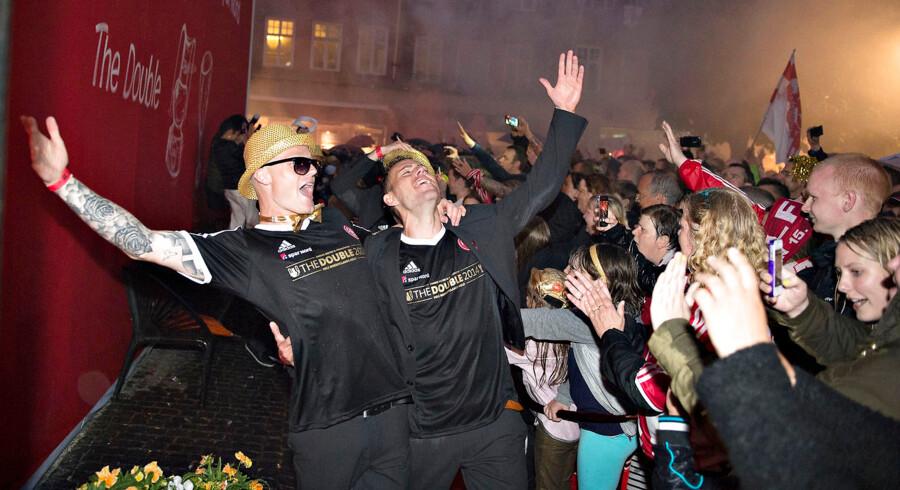 'The Double 2014' stod der på siderne af den knaldrøde bus, der søndag aften fragtede AaB-spillerne gennem gaderne i Aalborg. Flere tusinde aalborgensere hyldede AaB-spillerne i silende regn, mens de blev fragtet til Aalborgs rådhus, hvor der ventede varme ord fra byens borgmester, Thomas Kastrup Larsen.  Det var i det hele taget en festdag fra start til slut for AaB-spillerne og hele Aalborg i går. De to pokaler blev fejret med manér inde på stadion med fyrværkeri og luftture til både træner Kent Nielsen og sportschef Allan Gaarde efter 1-0 sejren over AGF i sæsonens sidste kamp.  Og festen sluttede sent i nat, hvor spillerne havde sikret, at der ville være gyldne dråber i stride strømme på Heidi's Bierbar i den berømte Jomfru Ane Gade. - Vi har heldigvis fået fri af Kent, men hvis jeg skulle til træning, ville jeg ryge direkte fra 'Gaden' og ud til træning, sagde en storsmilende Rasmus Thelander, inden guldfesten fortsatte i blandt jublende AaB-fans, der satte Aalborg på den anden ende.Tusindvis af fans var mødt op for at deltage i guldrusen.