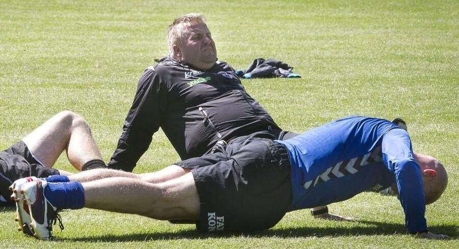 Talentchef Casper Bugge (i baggrunden) er glad Mathias Bondes vegne over skiftet til PSV Eindhoven.