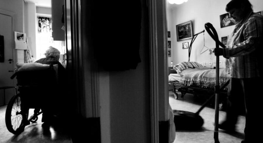 Med skjult kamera dokumenterede TV2, at hjemmehjælpere i løbet af deres arbejdstid holdt lange pauser, tog hjem til deres privatadresser og gennemsnitligt kun brugte få minutter på de ældre borgere.