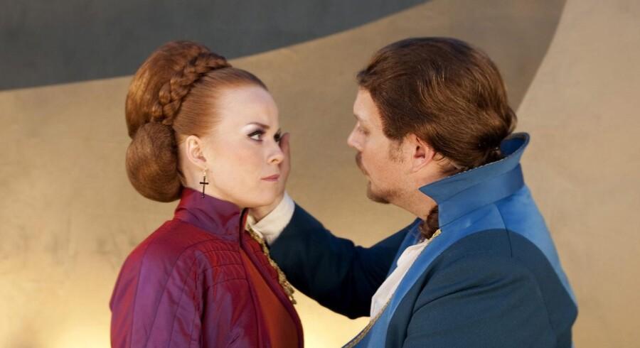 Pragtspil i Grønnegården: Hykleren Don Juan (Nicolas Bro) trøster den sårede Donna Elvira (Signe Egholm Olsen).