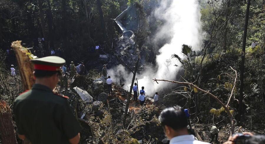 Et fly fra luftvåbenet i Den Demokratiske Folkerepublik Laos med 14 mennesker om bord, herunder landets forsvarsminister og hovedstadens borgmester, er styrtet ned i det sydøstasiatiske land.