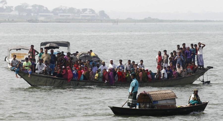 Pårørende og lokale indbyggere følger opmærksomt med i redningsarbejdet.Færgen med omkring 200 om bord forliste torsdag i hårdt vejr på floden Meghna, og redningsmandskabet har fredag opgivet at finde flere i live, oplyser en embedsmand til Reuters.