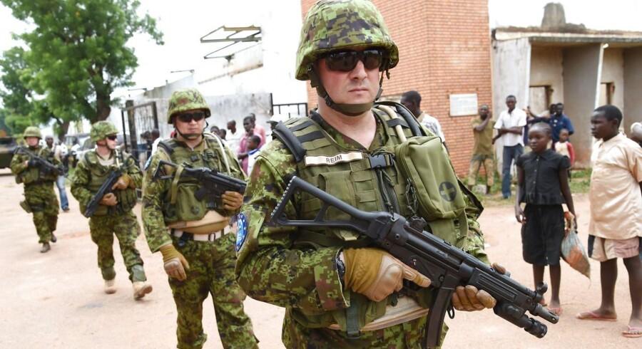 Soldater fra Estland patruljerer i Bangui.