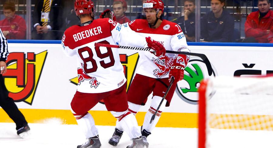 Mikkel Bødker (89) og Kim Staal i en stille vals på isen.