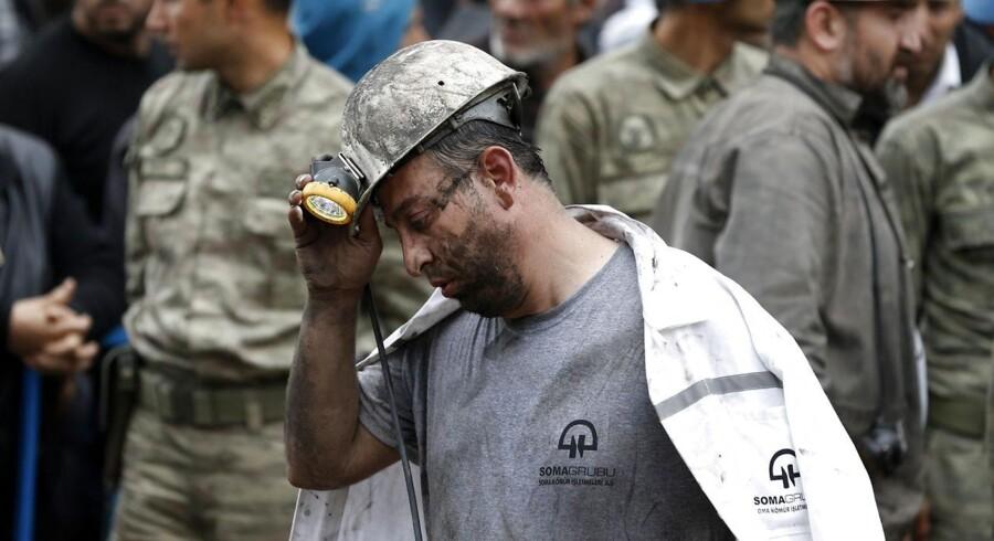 En mand er netop kommet op til overfladen igen efter at have ledt efter minearbejdere.
