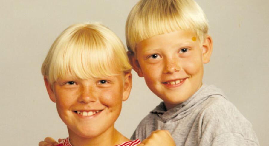 Barndomsbillede af politiets kronvidne mod Hells Angels, Kasper Vetter (th), sammen med sin søster.