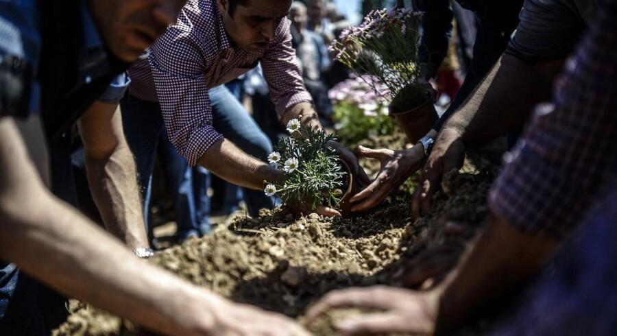 ARKIVFOTO. Mennesker sørger over deres tabte, som er omkommet i mineulykken i Soma, Tyrkiet.