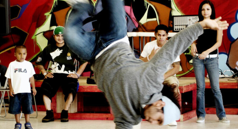 Rundt omkring i USA prøver ildsjæle at samle unge i farezonen op med tilbud lige fra lektielæsning til breakdance, som her hos Youth Advocates i Houston.