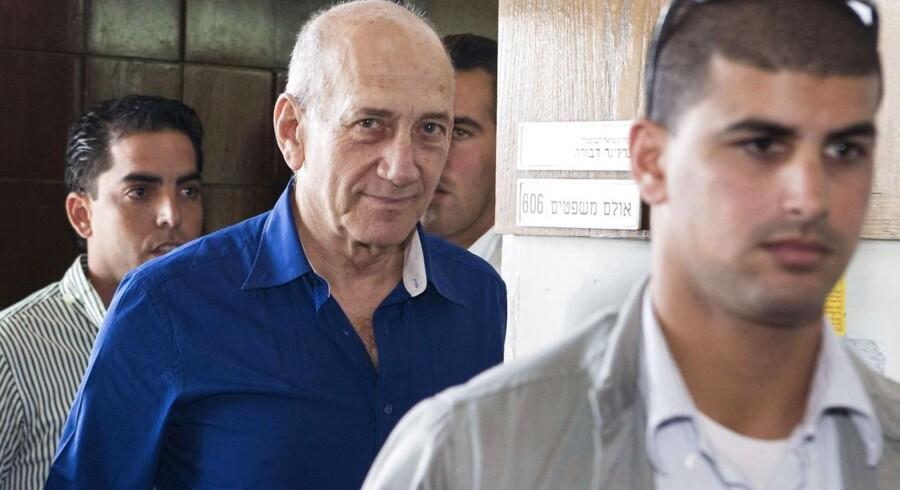 Den tidligere premierminister i Israel, Ehud Olmert, forlader her retten i Tel Aviv efter et retsmøde i hans korruptionssag.