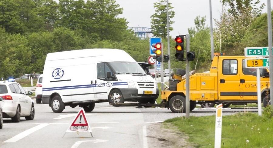Tirsdag morgen røvede tre mænd en pengetransport på vej mod Aalborg og slap af sted med et ukendt beløb kontanter. Politiet fandt efterfølgende den Porsche som blev brugt til at flygte i, men har endnu ikke fundet gerningsmændene.