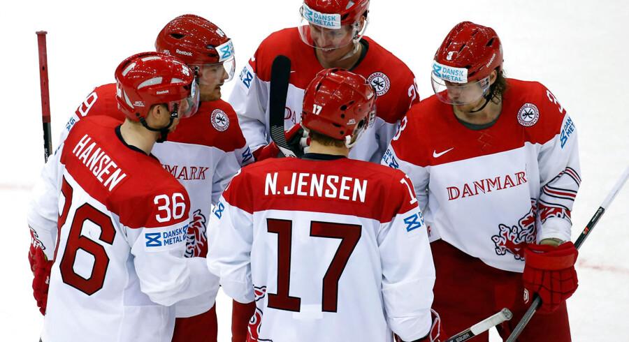 Jannik Hansen, tv., har scoret i tredje periode mod Norge og gratuleres af holdkammeraterne.