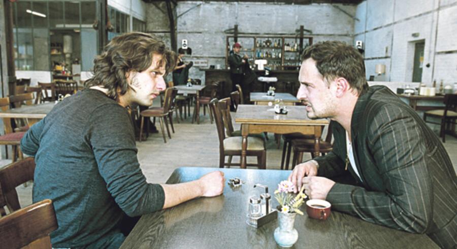 Zinos (tv.) forsøger desperat at finde en fornuftig bestyrer til sin restaurant, så han kan komme over til kæresten i Kina. Men hans bror (th.) Ilias vil helst ansættes for »ikke at arbejde«. PR-foto