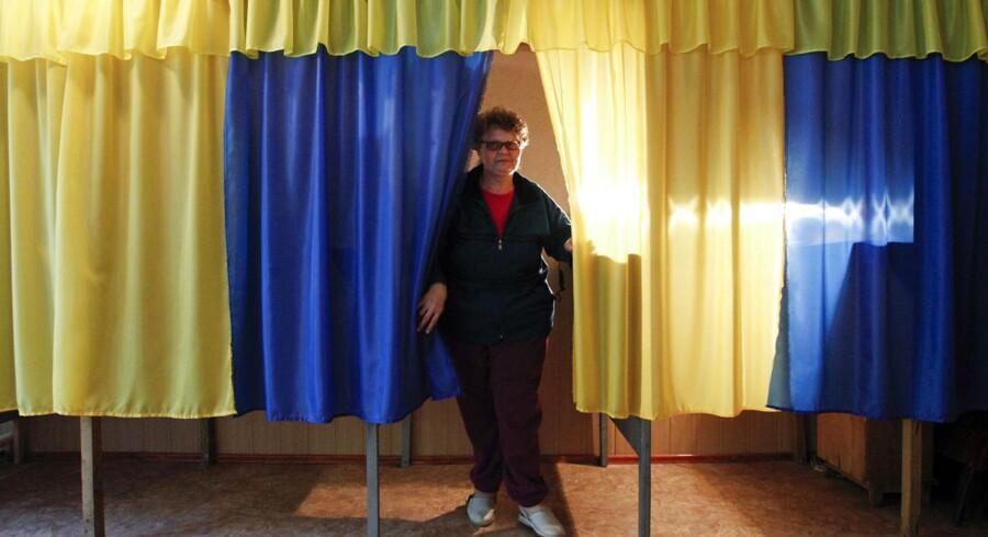 Valgmedarbejderen Vera Pozhidaeva viser et af valgstederne i Lugansk frem, hvor ukrainerne søndag skal i stemmeboksene.