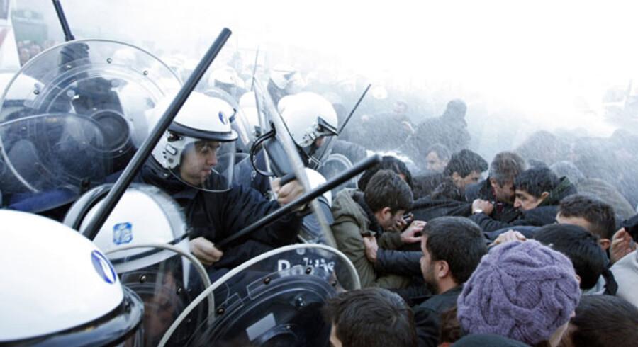 Det kom i marts til hårde sammenstød mellem kurdere og belgisk politi uden for ROJ-hovedkvarteret i byen Denderleeuw. Sammenstødene fandt sted i kølvandet på 25 ransagninger, som politiet oplyste det foretog hos personer med PKK-forbindelser.