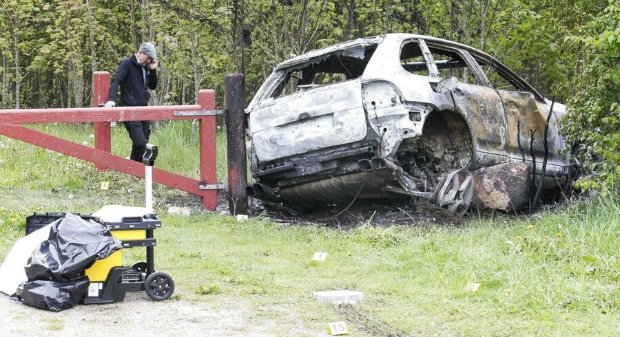 Røverne efterlod en udbrændt Porche Cayenne i True Skov efter flugten.