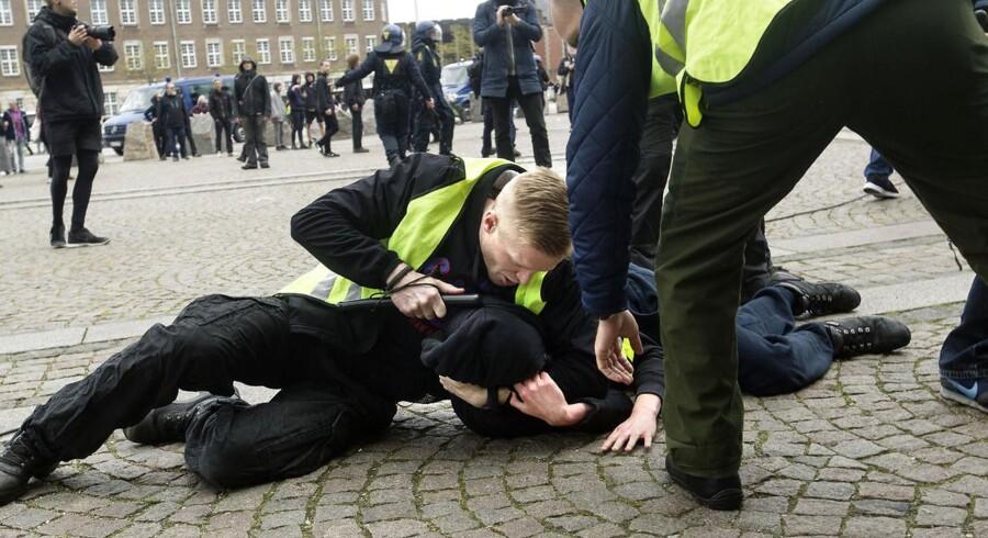 Demonstranter fra det nynazistiske parti Dansk Nationalsocialistisk Bevægelse (DNSB) og demonstranter fra venstrefløjs-gruppen Racismefri By tørner sammen på Christiansborg Slotsplads, hvor politiet måtte foretage flere anholdelser.