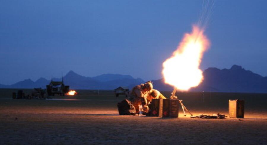 En af de tre morterer giver ild i skumringen fra et område, hvor den danske eskadron havde slået sig ned, men de blev angrebet. <br>Foto: Christian Holm radil
