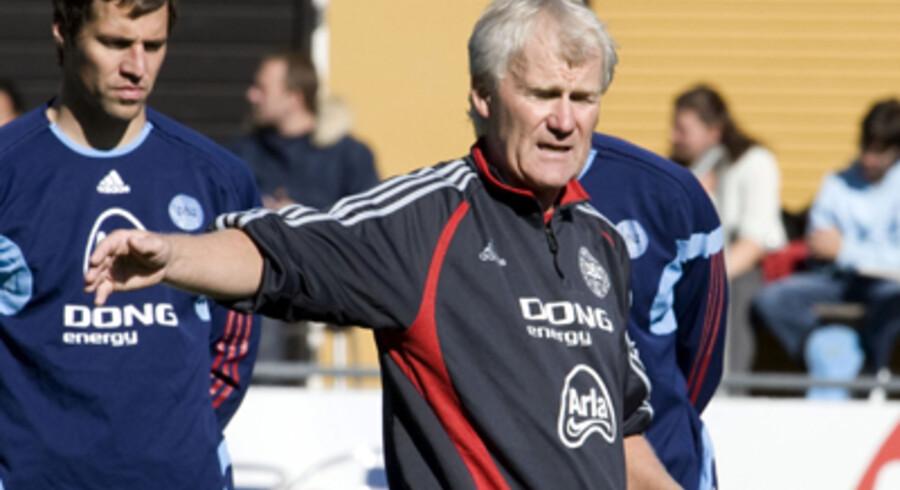 Morten Olsen instruerer her keeperne Thomas Sørensen(tv) og Jesper Christiansen. Foto: Jens Nørgaard Larsen