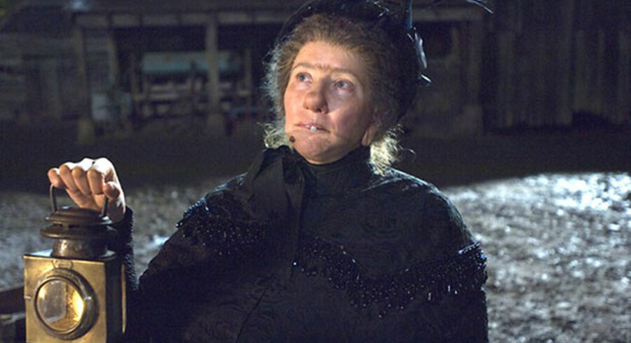 Emma Thompson, der både spiller hovedrollen og har skrevet manuskriptet, har formået at lægge små overraskelser ind i den anden film om Nanny McPhee, som gør den til en sjov oplevelser for de mindste.