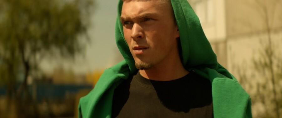 Kian Rosenberg Larsson (der rapper under navnet Gilli) debuterer overbevisende i rollen som Mikael, der drømmer om at leve af rapmusikken.