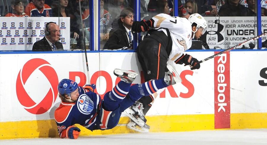 Philip Larsen - her på vej i isen i en kamp mod Anaheim Ducks - foretrak alligevel landsholdskollegerne og Janne Karlsson frem for tidlig sommerferie.