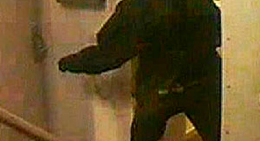 I forbindelse med tyveri fra værdiboks i Danske Bank efterlyses 4 mænd. I forbindelse med tyveri fra værdiboks i Danske Bank, Nørre Voldgade 68, 1358 København K, forøvet i tidsrummet fredag den 28. maj 2010 kl. 1450 - mandag den 31. maj 2010 kl. 0910 efterlyses 4 gerningsmænd.