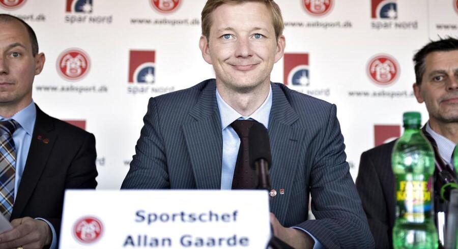 Sportschef Allan Gaarde har god grund til at smile. Nu får AaB råd til at holde på spillerne takket være en investorgruppe.