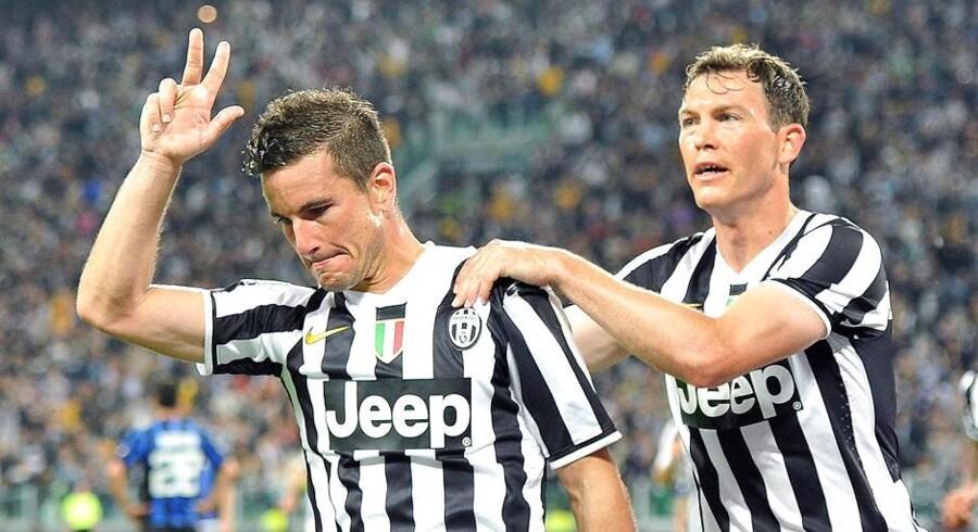 Simone Padoin med Stephan Licthsteiner på nakken efter sit sejrsmål mod Atalanta